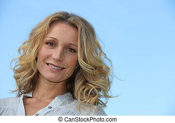 glimlachende vrouw, blonde