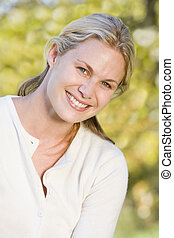 glimlachende vrouw, buitenshuis