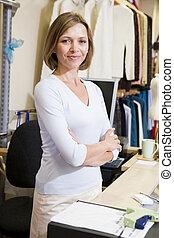 glimlachende vrouw, de opslag van de kleding