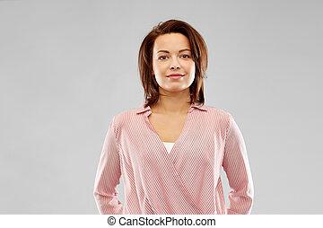 glimlachende vrouw, gestreept hemd, vrolijke