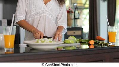 glimlachende vrouw, groentes, moderne, jonge, holle weg, het koken, meisje, gelukkige maaltijd, keuken