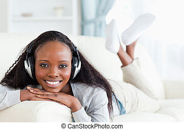 glimlachende vrouw, headphones