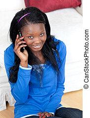glimlachende vrouw, het spreken op de telefoon, in, de, huiskamer
