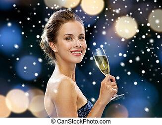 glimlachende vrouw, holdingsglas, van, mousserende wijn