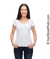 glimlachende vrouw, in, leeg, witte t-shirt