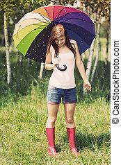 glimlachende vrouw, in, regenachtig, zomer dag