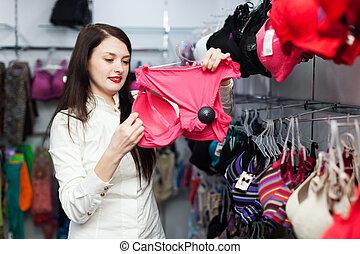 glimlachende vrouw, kies, bustehouder, op, winkel