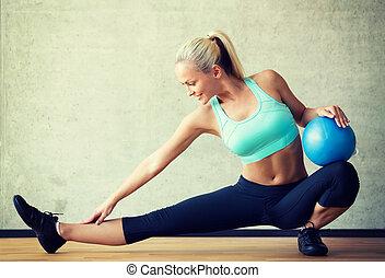 glimlachende vrouw, met, oefeningsbal, in, gym
