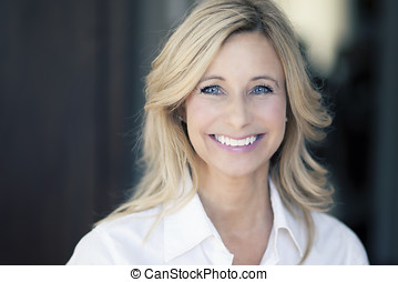 glimlachende vrouw, middelbare leeftijd