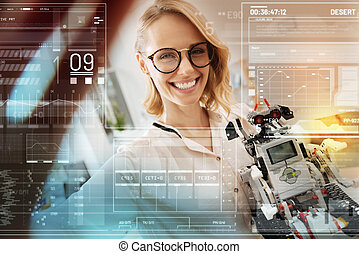 glimlachende vrouw, nemen van een foto, van, zichzelf, terwijl, vasthouden, een, robot