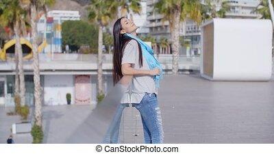 glimlachende vrouw, omkekd, op, hek