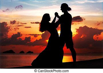 glimlachende vrouw, ondergaande zon , man, dancing