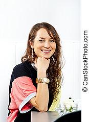 glimlachende vrouw, restaurant