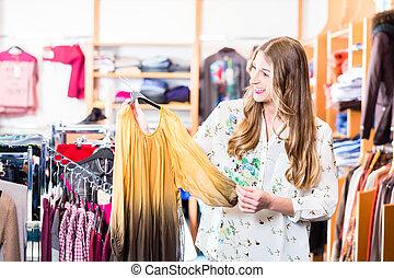 glimlachende vrouw, shoppen , in, mall