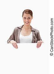 glimlachende vrouw, signboard, vasthouden, leeg