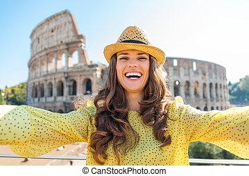 glimlachende vrouw, toerist, boeiend, selfie, op, rome,...