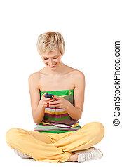 glimlachende vrouw, verzending, sms, van, een, mobiele telefoon