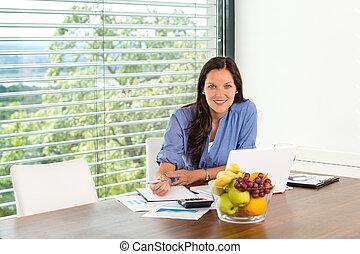 glimlachende vrouw, werkende , thuis, draagbare computer, handel computer
