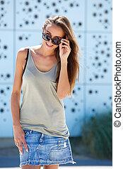 glimlachende vrouw, zonnebrillen, jonge