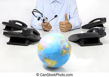 global, international, unterstuetzung, begriff, kopfhörer, und, bürotelephon, schreibtisch, mit, erdball, landkarte