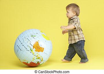 globe, enfantqui commence à marcher, studio