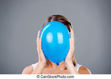 globo azul, mujer