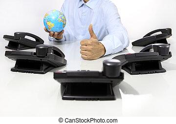 globo, e, semelhante, mão, com, escritório, telefones, escrivaninha, global, internacional, apoio, conceito