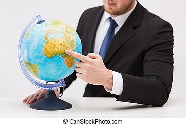 globo terra, apontar dedo, homem negócios
