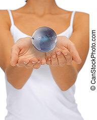 globo terra, mulher segura, mãos