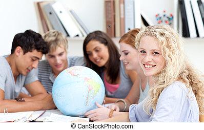 globo terrestre, biblioteca, adolescentes, trabalhando
