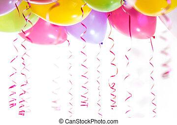 globos, con, flámulas, para, fiesta de cumpleaños, celebración, aislado, blanco, plano de fondo