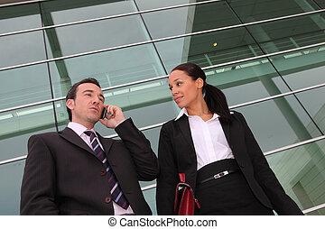 gmach, cellphone, biuro, zewnątrz, para, używając, execs