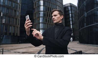 gmach, handlowy centrują, młody, szkło, tło, garnitur, używając, smartphone., człowiek