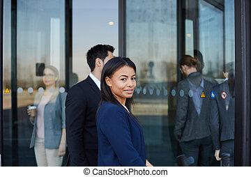 gmach, kobieta, biuro, zadowolenie, czarnoskóry, nadchodzący