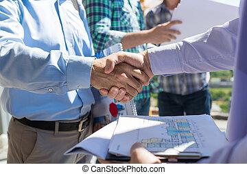 gmach, plan, uzgodnienie, mężczyźni, transakcja, handlowy, brygadier, dyskusja, po, dwa, projekt, zrobienie, nowy, drużyna, budowniczowie, closeup