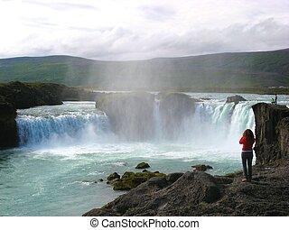 godafoss, grand-angulaire, célèbre, prendre, islande, debout, photos, chute eau, coup, rochers, touristes, excité