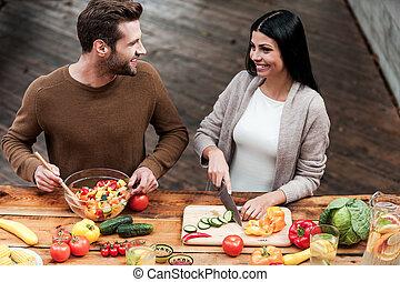 godere, cottura, insieme., vista superiore, di, bello, giovane coppia, preparare, sano, insalata, insieme, e, sorridente