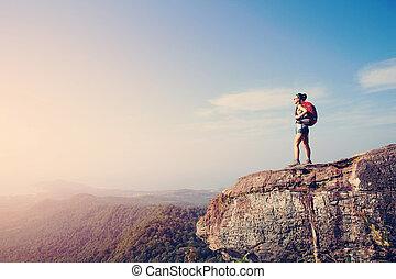 godere, montagna, donna, escursionista, tramonto, picco, vista, scogliera