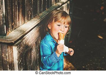 godny podziwu, 3, rok stary, blond, chłopiec, jedzenie, lód krem, outdoors