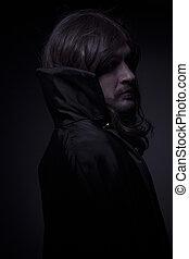 godo, hombre, con, pelo largo, y, abrigo negro