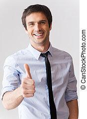 goed, done!, vrolijke , jonge man, in, hemd en meren, het tonen, zijn, duim boven, en, het glimlachen, terwijl, staand, tegen, grijze , achtergrond