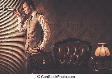 goed-gekleed, man, met, een, aktentas, kijken door, jalousie