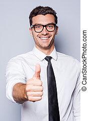 goed, job!, vrolijke , jonge man, in, hemd en meren, het tonen, zijn, duim boven, en, het glimlachen, terwijl, staand, tegen, grijze , achtergrond