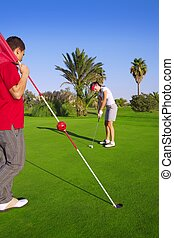 gol, frau, golfen, hält, fahne, kugel, setzen, mann