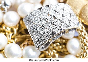 Gold Jewelry - Primo piano di Gioielli in oro con pietre ...