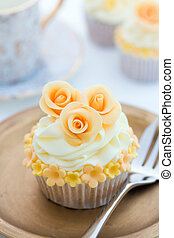 Golden cupcake - Cupcake decorated with golden sugar flowers