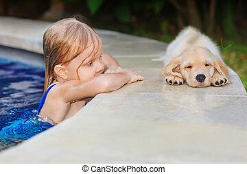 goldenes, wenig,  Poolside, kind, junger Hund, Apportierhund