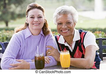 golf, deux, cours, boisson, femme, apprécier, amis