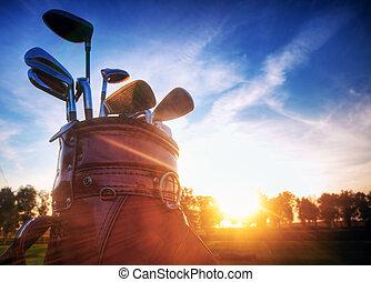 golf, engranaje, clubes, en, ocaso