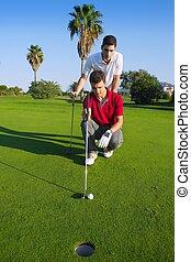 golf, joven, mirar, y, apuntar, el, agujero